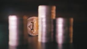Close up vertical da vista dianteira do bitcoin dourado na pilha de moedas metálicas no fundo escuro vídeos de arquivo