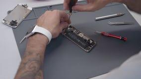 Close-up video tonend proces van mobiele telefoonreparatie
