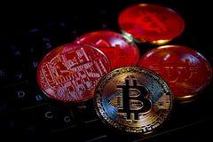 Close-up virtual novo dourado do dinheiro de Bitcoins da foto em um keybord Fotografia de Stock Royalty Free
