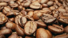 Close-up, vlotte bewegende geroosterde koffiebonen stock videobeelden