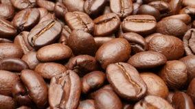 Close-up, vlotte bewegende geroosterde koffiebonen stock footage