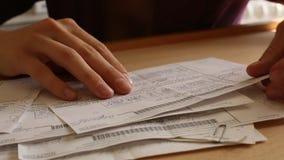 Close-up: Vrouwelijke handduim door het facturerings rekeningen (HD) stock footage