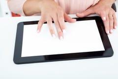 Close-up vrouwelijke handen die aan de tablet werken royalty-vrije stock afbeelding