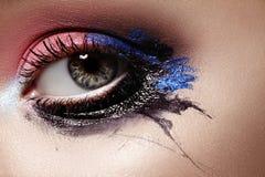 Close-up Vrouwelijke ogen met Heldere Samenstelling Groot Halloween ziet eruit Uitdrukkingsmake-up met Zwarte, Roze en Donkerblau stock foto's