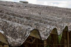 Close-up Vuil Beschimmeld Golfdak van Verlaten Aziatische Kippenkippenren met Rusty Wire Fence - Concrete Textuur royalty-vrije stock afbeeldingen