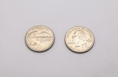 Close up a Washington State Symbol na moeda do dólar de um quarto no fundo branco fotos de stock