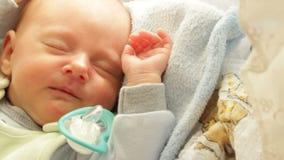 Close-up weinig pasgeboren slaap van het babymeisje in bed Volledige HD stock video