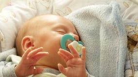 Close-up weinig pasgeboren slaap van het babymeisje met model stock footage