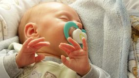 Close-up weinig pasgeboren slaap van het babymeisje met model in mond Volledige HD stock video