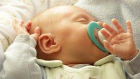 Close-up weinig pasgeboren slaap van het babymeisje Volledige HD 1080p stock videobeelden