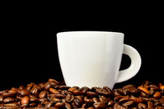 Close up White cup of coffee and coffee beans on black backgroun Royalty Free Stock Photography