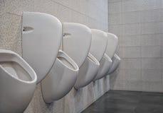 Close-up witte urinoirs in mensen` s badkamers Royalty-vrije Stock Afbeeldingen