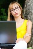 Close-up z laptopem młoda kobieta Obraz Royalty Free