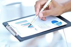 close-up zakenman die met een financieel programma werken Bedrijfs concept stock fotografie