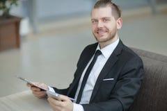 close-up Zakenman die met financiële documenten werkt Foto met exemplaarruimte royalty-vrije stock foto's