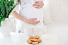 Close-up zwangere vrouw in witte ruimte royalty-vrije stock foto
