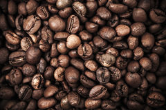 Close-upachtergrond met donkere geroosterde koffiebonen Royalty-vrije Stock Foto's