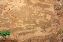 Close-upachtergrondafbeelding, besnoeiingssectie, grintlaag en modder onder de betonweg, die werd opgegraven om de pijp in te bed stock foto's