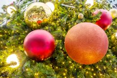 Close-upbal die Kerstboom verfraaien Royalty-vrije Stock Fotografie