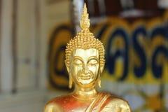 Close-upbeeld, gezicht, het beeld van Boedha in een mooie gouden boeddhistische godsdienst royalty-vrije stock afbeelding