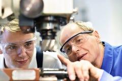 Close-upbeeld: trainer en leerling in beroepsopleiding o royalty-vrije stock foto's