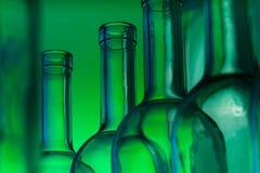 Close-upbeeld van de lege flessen van de glaswijn Stock Foto