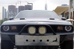 Close-upbeeld van een sportwagen Eiser met de horizon van Doubai op achtergrond stock foto