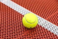 Close-upbeeld van een tennisbal Royalty-vrije Stock Afbeelding