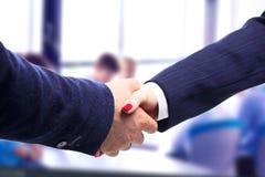 Close-upbeeld van een vaste handdruk die vertrouwd op vennootschap betekenen stock foto's