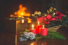 Close-upbeeld van het branden van kaarsen, Kerstmiskroon en gouden gi Royalty-vrije Stock Foto