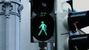 Close-upbeeld van het verkeerslicht in de loop van de dag wanneer de groene lamp begint te knipperen alvorens het in het rood ver stock video