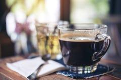 Close-upbeeld van koppen van hete koffie en thee op uitstekende houten lijst Royalty-vrije Stock Foto's