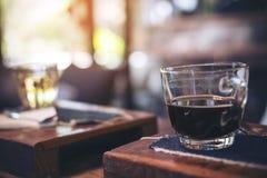 Close-upbeeld van koppen van hete koffie en thee op uitstekende houten lijst in koffie Stock Afbeeldingen