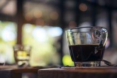 Close-upbeeld van koppen van hete koffie en thee op uitstekende houten lijst in koffie Stock Afbeelding