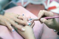 Close-upbeeld van manicure het schilderen spijkers Royalty-vrije Stock Foto