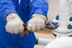 Close-upbeeld van menselijke van het hand het bevestigen en einde lekflens door moersleutel Stock Foto's