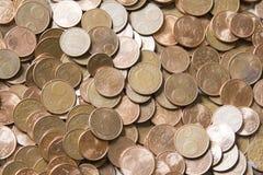 Close-upbeeld van rode euro muntstukken over witte achtergrond Niet isola Stock Foto's