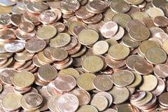 Close-upbeeld van rode euro muntstukken over witte achtergrond Niet isola Stock Foto