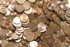 Close-upbeeld van rode euro muntstukken over witte achtergrond Niet isola Stock Afbeeldingen