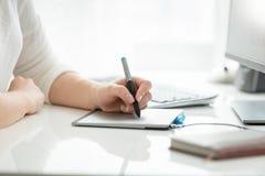 Close-upbeeld van vrouwelijke handtekening met naald op grafische tablet Royalty-vrije Stock Foto's