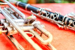 Close-upbeelden van trompet en klarinetinstrumenten op een rode achtergrond worden geplaatst die royalty-vrije stock foto