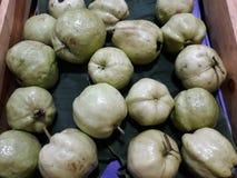 Close-upbeelden van verse guave in de opslag van de fruitmarkt stock foto