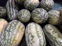 Close-upbeelden van watermeloen in de winkel van de fruitmarkt stock foto's