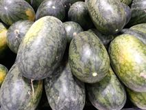 Close-upbeelden van watermeloen in de winkel van de fruitmarkt royalty-vrije stock fotografie