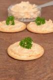 Close-upcrackers met zalmpastei en peterselie Stock Afbeelding