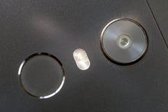 Close-updetail van cellphone met van het de vingerafdrukaftasten van de veiligheidsduim het apparaat en de camera Moderne technol royalty-vrije stock afbeelding