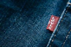 Close-updetail van de rode markering van Levi ` s op de jeans van Levi ` s Royalty-vrije Stock Foto's