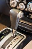 Close-updetail van modern autobinnenland Automatische transmissieauto Royalty-vrije Stock Fotografie