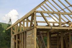 Close-updetail van nieuw blokhuis in aanbouw Houtkader van natuurlijke materialen voor muren en dak van ecologische familie royalty-vrije stock foto