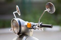 Close-updetail van nieuwe witte glanzende motor met ronde koplamp, twee spiegels en handrem Comfortabele stad en van wegtra stock foto's